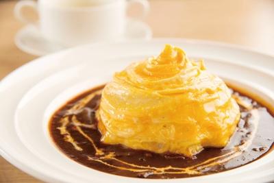 旨味が凝縮されたソースで味わう「特製オムハヤシライス」(1,058円)。コーンスープ付き