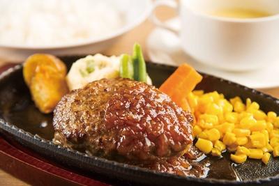 北海道産牛ハンバーグステーキフレッシュオニオンソース(1,490円・平日ランチは1,382円)。北海道産「ななつぼし」、パン、十六穀米から選べる。スープ付き