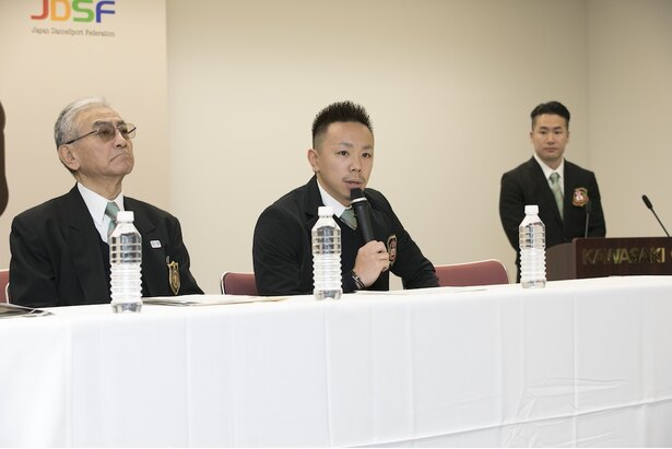 WDSF世界ユースブレイキン選手権の概要を説明する 実行委員長 野中泰輔(Taisuke)氏、左は、同大会組織委員長の齊藤斗志二氏