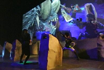 ARの技術で、スクリーンにはモンスターと、武器を持った自分の姿が。モンスターに向かって武器で攻撃しよう