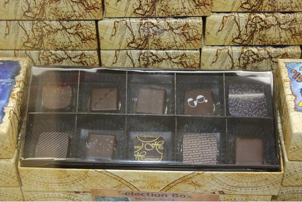 【写真を見る】複数のブランドのチョコレートを一度に味わえるセレクションボックスに注目