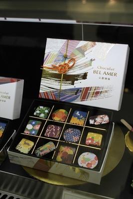 日本ならではの柄を取り入れたチョコレートも(写真はショコラ雅(12個入3456円) / ベルアメール 京都別邸)