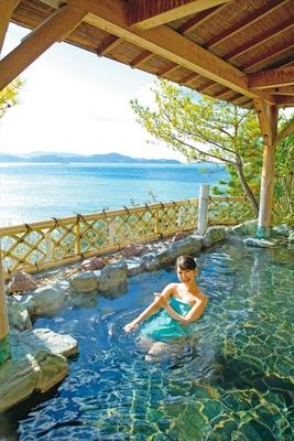 海に面した露天風呂「萬葉の湯」。万葉集にも詠まれ、古くからの景勝地として知られる和歌の浦を眺めながら、リラックスタイム!
