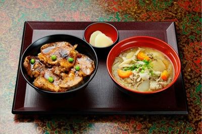 三井アウトレットパーク 札幌北広島「豚丼のぶたはげ」が提供する、とん汁と豚丼のセット(920円)。道産野菜がたっぷり入ったとん汁と、帯広名物の豚丼に舌鼓!