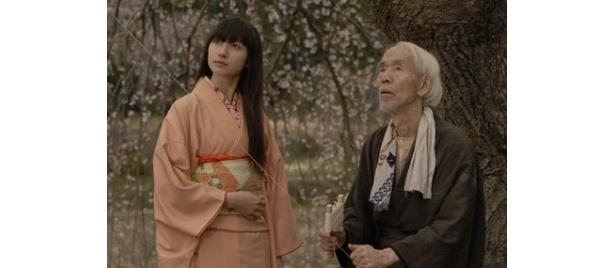 香椎由宇が、老人の亡き恋人役を務める「不死」