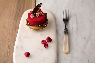 【写真を見る】甘酸っぱいフランボワーズムースとチョコレートの相性が抜群な「タルトショコラフランボワーズ」(550円)