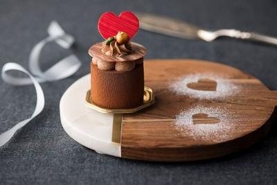 プラリネ&チョコレートムースの甘さの中にほんのりとしたオレンジの酸味がアクセントになった「ミルクチョコレートとプラリネムース」(550円)