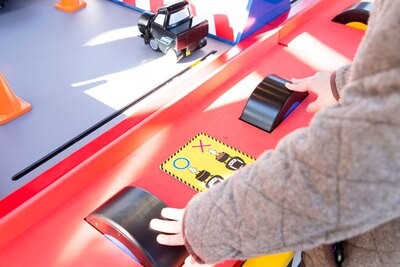 「カーズ」のゲームは、手元にある縦型と横型のタイヤを回して操作