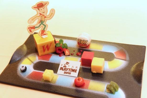 「ピクサー・プレイタイム」のコンセプトである、ボードゲームをイメージしたデザート「チョコレートケーキ ラズベリーとマンゴーのソルベ」