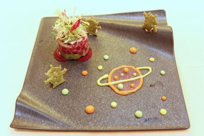 【写真を見る】トルティーヤで出来たリトル・グリーン・メンに注目!「マグロとアボカドのタルタル レフォール風味のサワークリームを添えて」