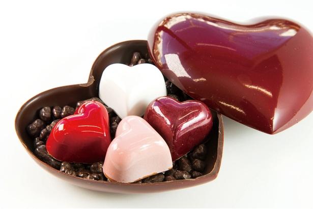 【写真を見る】ハート形のケースもチョコレートでできていて食べられる!「SOCORA」の「Grand Coeur Rouge」(2,500円)