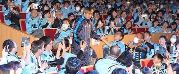 新入団選手が客席中段から登場!齋藤 学選手にはひと際大きな声援が飛んだ