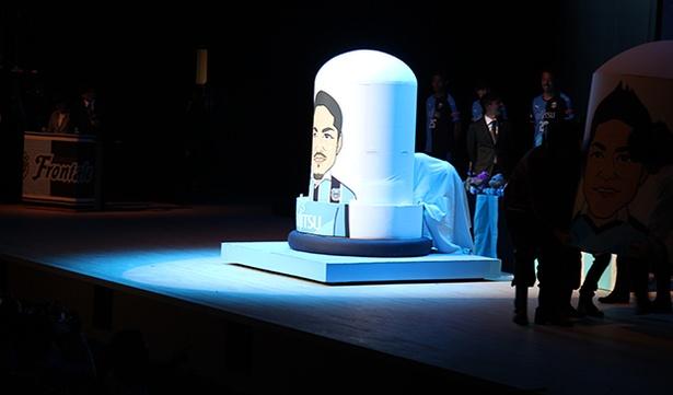 大久保嘉人選手の似顔絵が描かれた巨大なマトリョーシカ人形がステージに登場