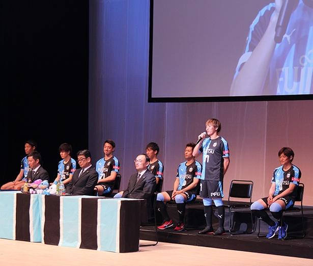 新入団選手が一人ずつ挨拶をした。齋藤 学選手は4冠を宣言