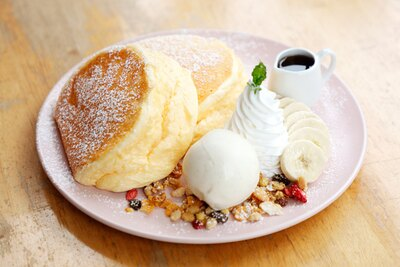 【写真を見る】「リコッタチーズのパンケーキ(セットドリンク+200円)」(1000円)