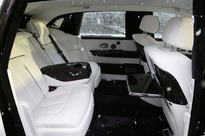 【写真を見る】ボタン一つで開閉できる電動式リヤピクニックテーブルやリヤシアターモニターなど車内快適性を追求