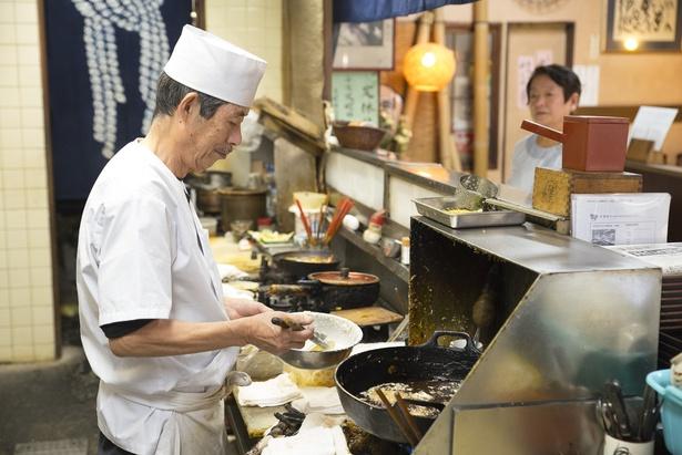 調理は英勝さん、接客はつなえさんが担当する