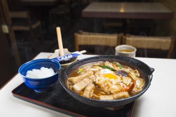 「デラックス味噌煮込み定食」(1250円)。味噌は八丁味噌や白味噌など4種類をブレンドしている