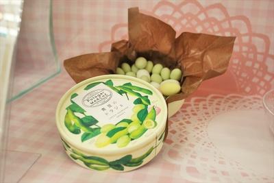 秋田県産の枝豆をベルギー産ホワイトチョコでコーディングした「青豆のドラジェ」(1000円、税抜)