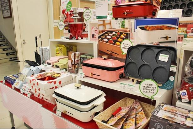 お菓子作りを捗らせる調理器具や便利グッズも取りそろえられている