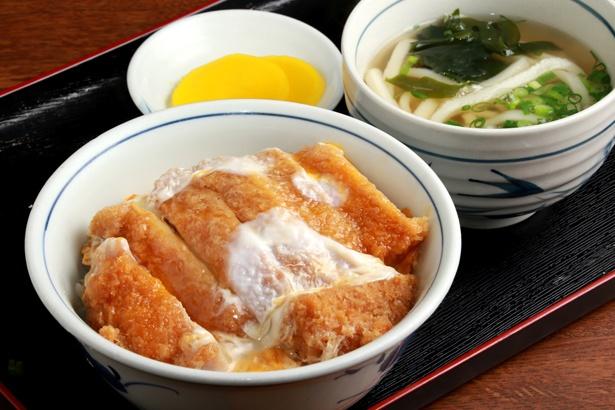【写真を見る】ミニうどんが付いた、かつ丼セット(770円)が人気。ランチタイムは650円で用意する