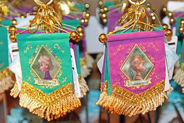 アナとエルサが描かれたリバーシブルタイプの「バッグチャーム」(1500円)