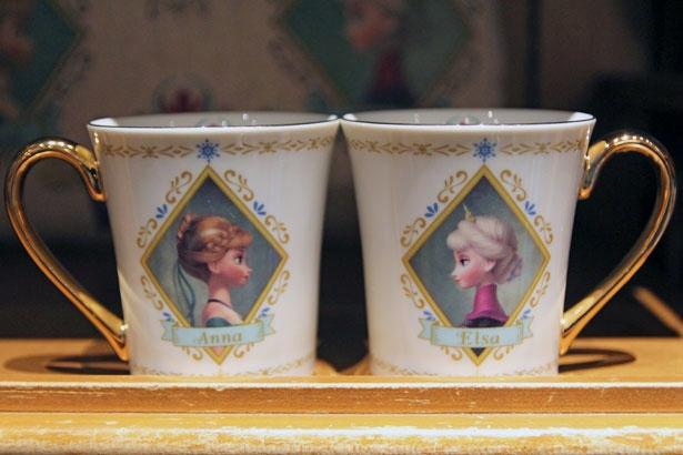 アナとエルサがデザインされた、高級感あふれる「マグ」(1900円)