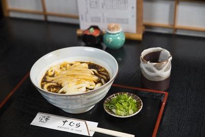 卵が半熟のような状態で麺に絡みつく名物メニュー「伊勢玉子うどん」(580円)
