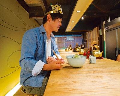 「和醸良麺 すがり」にて、注文した「もつつけめん」と真剣勝負する王子=シャンプーハット・てつじ
