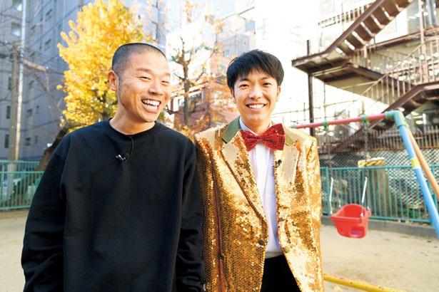 黒いパーカーとゴールドのスーツに赤い蝶ネクタイをつけている「アキナ」の壁紙・画像