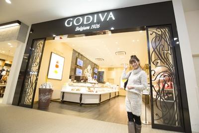 「GODIVA」(2階)では、定番をはじめ、季節限定のコレクションや焼菓子がズラリ。人気のチョコレートドリンクの「ショコリキサー」もチェック!