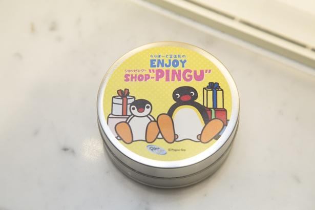 「ピングー」と「ピンガ」が描かれたチョコレート入りのオリジナルデザインの缶ケース ※中身のチョコレートはGODIVAの商品外