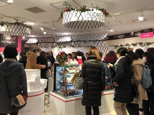 「オードリー」ではカゴを持ち大量買いする人が多数! 人気商品が続々と完売していく