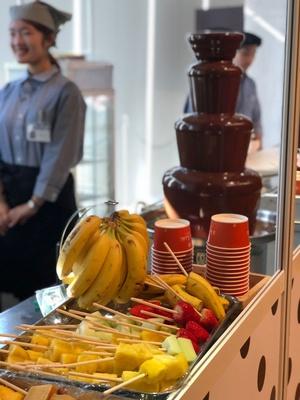 スタッフがイチゴなどのフルーツにチョコレートをかけてトッピングもしてくれる