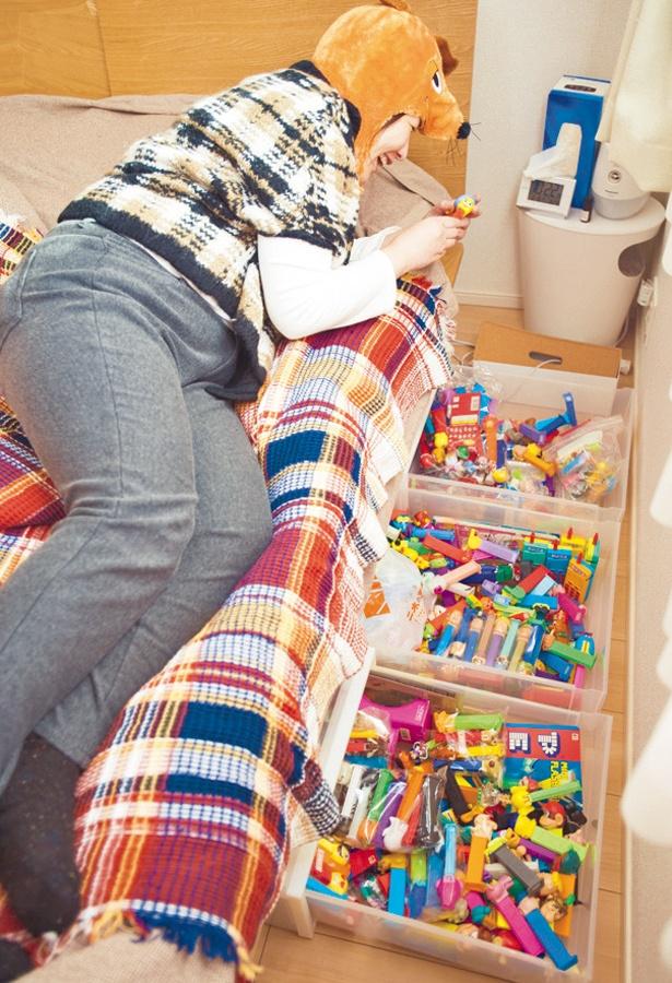 ベッドの下にも数え切れないPEZを収納