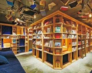 本棚で眠れるという新しいスタイル。本が浮いているかのように天井にディスプレーされているので、まさに本に囲まれた空間が楽しめる