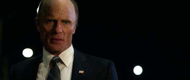 エド・ハリスが冷徹な眼差しで威圧感をひしひしと感じさせてデッコム国務長官を演じる