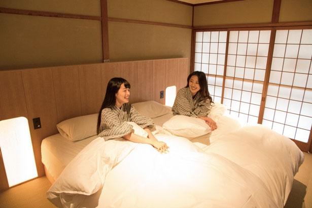 【画像を見る】2階にある寝室で夜更かしを。隣の部屋も寝室で、布団で寝ることもできる