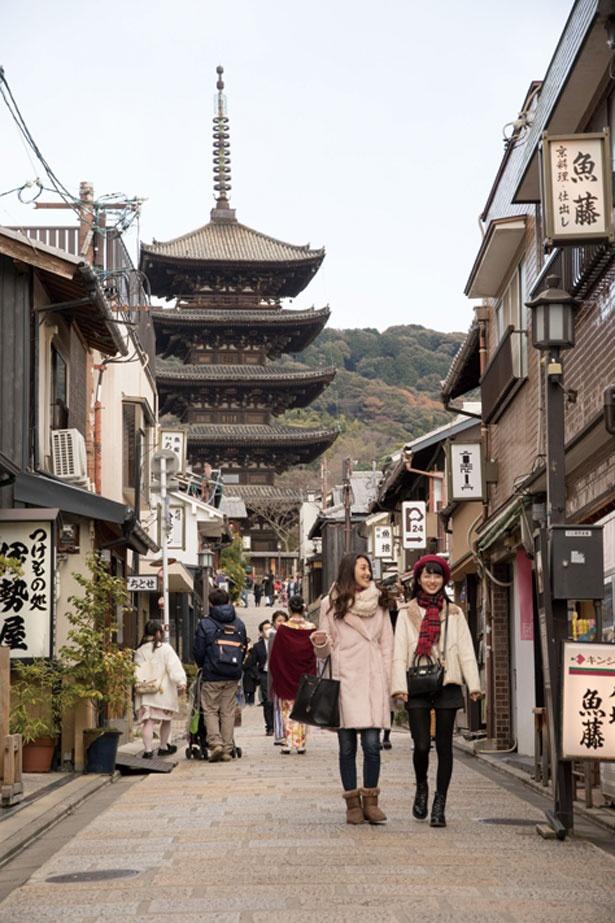 「月亭」の1本北にある八坂通。石畳の道が続いて、京都の風情がたっぷり感じられる町並みだ