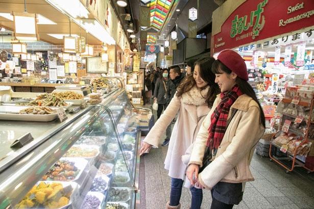錦市場にある「井上佃煮店」で夕食の買い出し。70〜80種の京野菜などを使った総菜が多彩にそろう