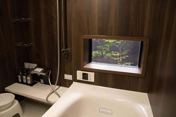 風呂の浴槽前に付いている小窓からは、坪庭を見ることができる。庭を眺めながら、優雅な気分でバスタイムを過ごそう
