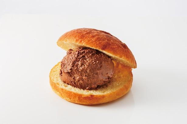 「アイスバーガー」(648円)。ソフトなパンに、濃厚なチョコレートのアイスをサンドした、ありそうでなかった新感覚デザート