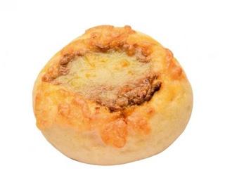 チーズ カレー (266円)。溶岩窯でじっくり焼いた独特の食感がクセになる!1日40個以上売れるという人気商品だ/ブランジュリ メルシー