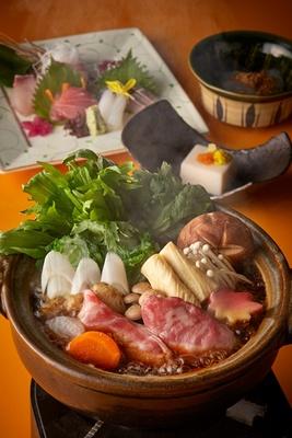 【写真を見る】日本料理 千羽鶴(14階)で提供される「選べる小鍋セット」(6480円)。写真は宮崎牛のすき煮鍋