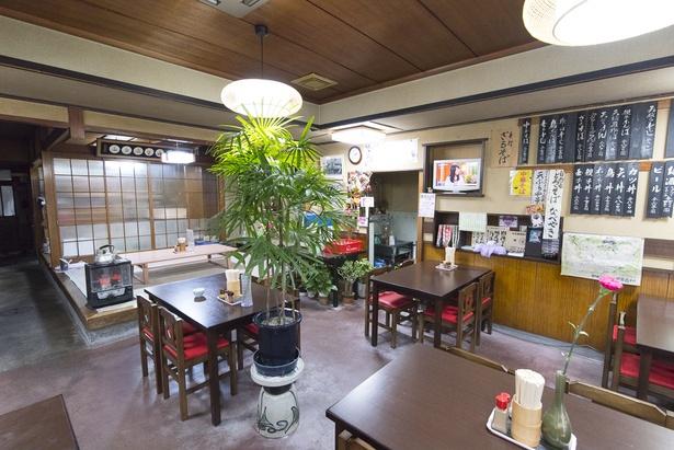 店内は約50年ほど大きな改装を行っていない。テーブルの花は眞由子さんが生けている