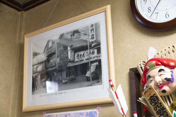 1960(昭和35)年あたりに撮影した店の外観写真を、額装し店内に飾っている