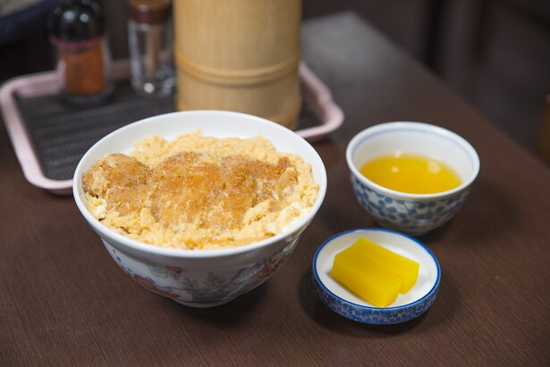 ふっくらと揚げた豚カツにダシたっぷりの卵がかかった「カツ丼」(800円)