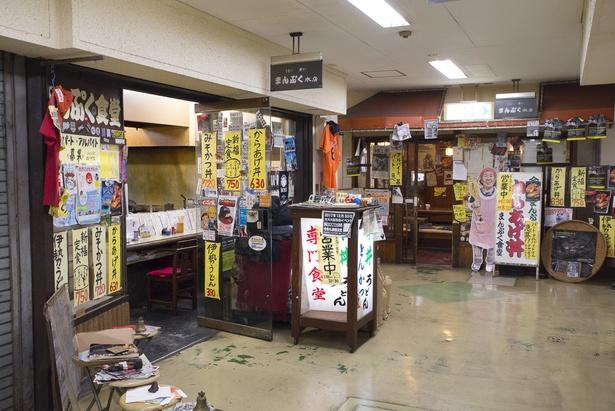 ショッピングセンター内3店舗分のスペースで営業する「まんぷく食堂」。調理場のある中央の店以外は客席のみ