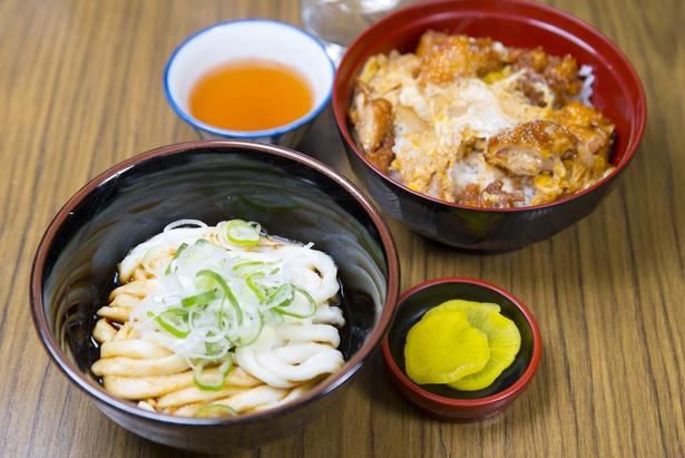 伊勢うどんまたはかけうどんから選び、ミニサイズのからあげ丼がセットになった「新福定食」(750円)は観光客の人気が高い。写真は伊勢うどん