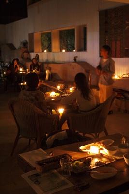 演奏中の暗闇カフェ